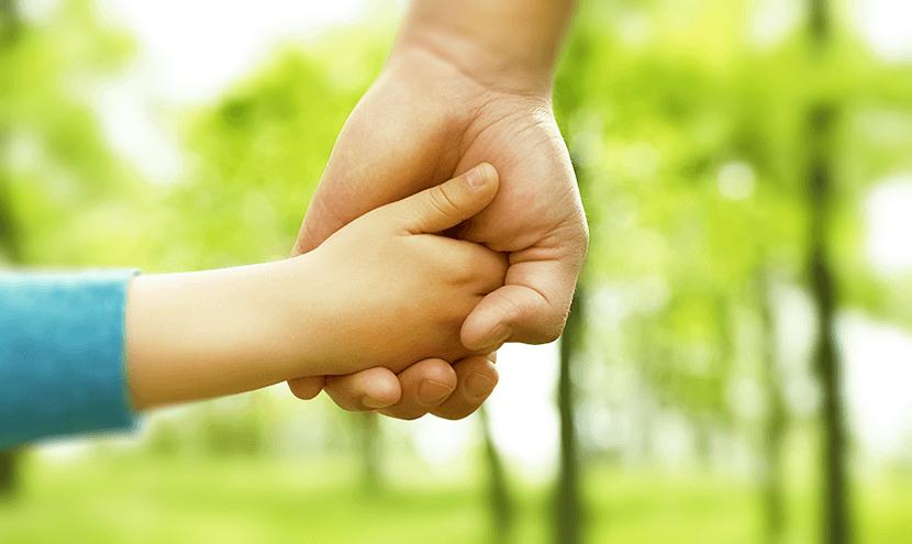 手を握り合う親子の手