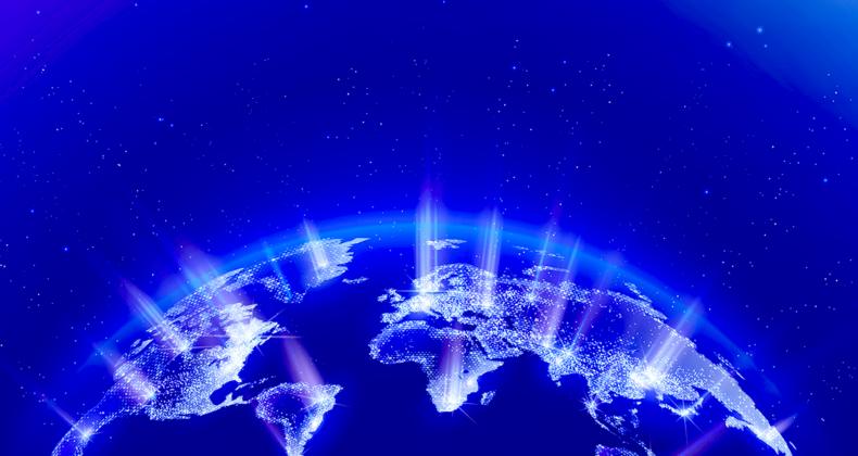 宇宙に輝く地球から発する光