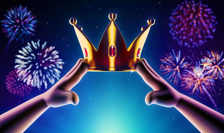 夜空に輝く花火と王冠を掲げる子供の手